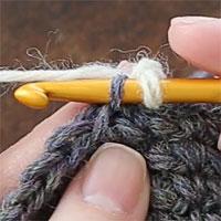 手前側1本だけすくって編むすじ編み[2] 針を入れるとこのようになります。