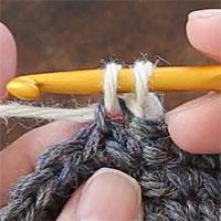 手前側1本だけすくって編むすじ編み[4] 糸を引き出しました。