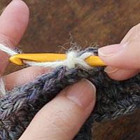 バックこま編み[2] 針を入れました。糸をかけて引き出します。