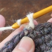 バックこま編み[4] もう一度糸をかけて引き出します。