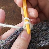 ねじりこま編み[3] 反時計回りに、針を一回転させます。半分回したところです。