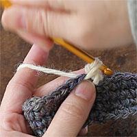 ねじりこま編み[4] もう少しで1回転というところです。