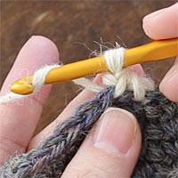 ねじりこま編み[6] 糸をかけて引き出します。