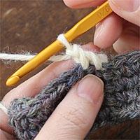 ねじりこま編み[7] 糸を引き出し、ねじりこま編みが1目編めました。
