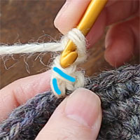 ピコット編み[4] 拾うのは青く示したこちらの2本です。