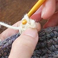 ピコット編み[6] 針に糸をかけて引き抜き編みをします。