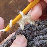 中長編み2目編み入れる[3] 同じところに針を入れ、中長編みをもう1目編みます。