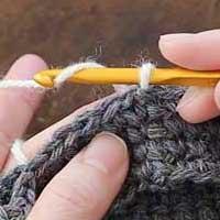 くさり編み[1] 針に糸をかけます。