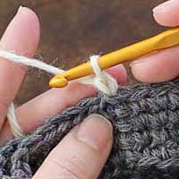くさり編み[2] ループから引き出します。