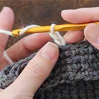 くさり編み[5] もう一度、針に糸をかけます。