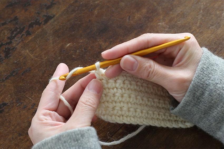 [1] 最後の目を編み終えたら、針に糸をかけて、ループに糸をくぐらせます。