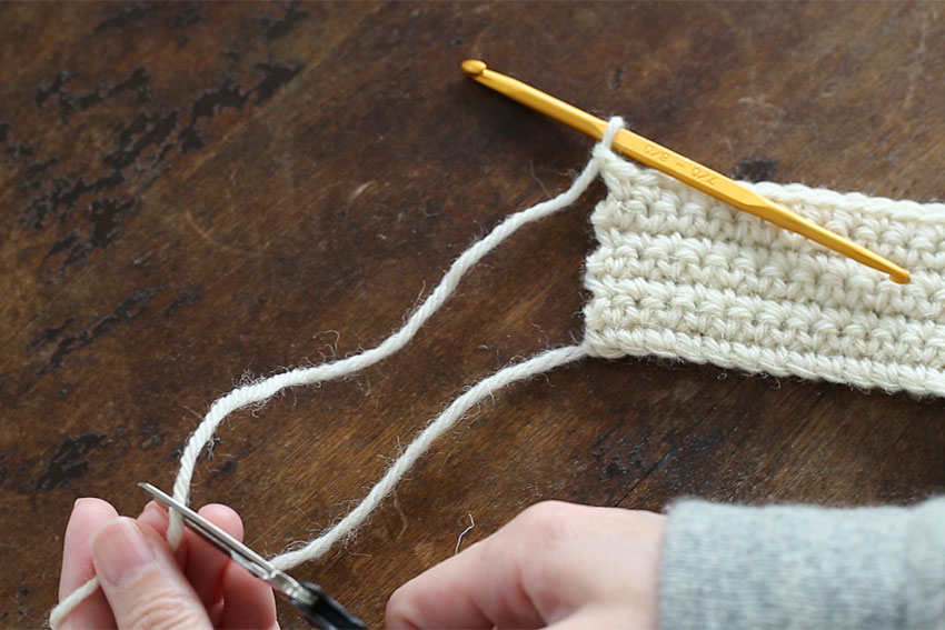 [2] 15cmくらい糸端を残して糸を切ります。