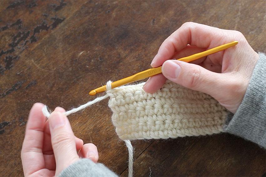 [1] 糸端を15cmくらい残して糸を切ります。