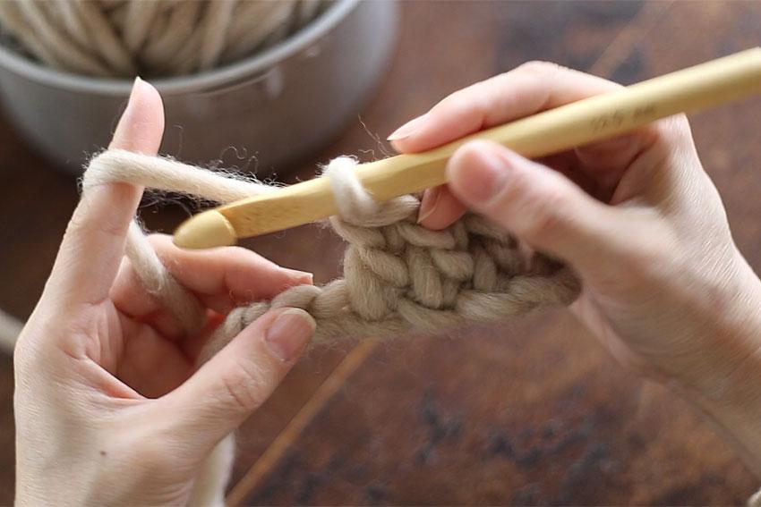 糸の持ち方[3] 編んでいる途中は、糸の先が編み地につながっているので、このようになります。