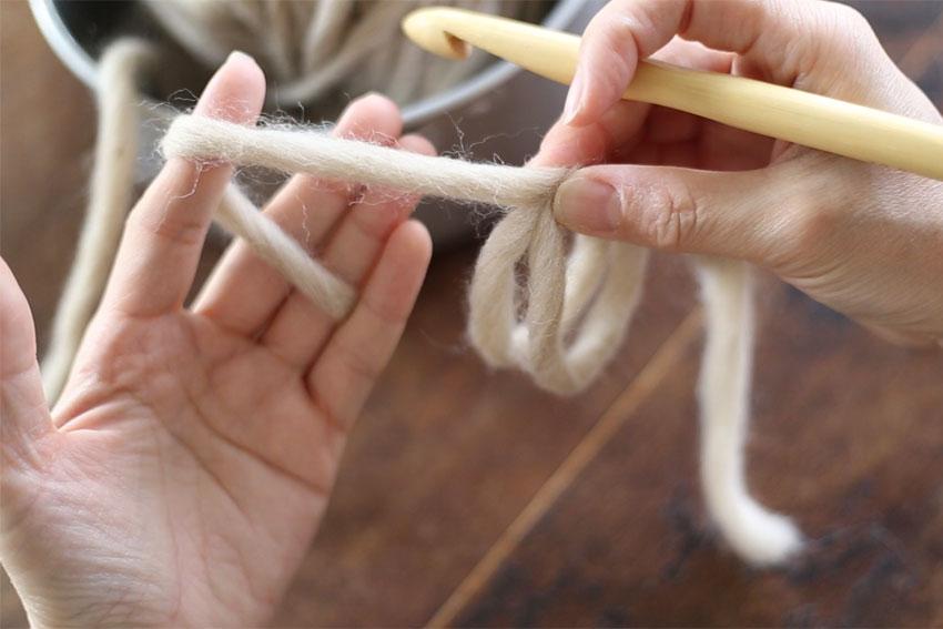 わ編みの糸の持ち方[2] 巻いた糸を、いったん右手でつかんで外します。左手に糸をかけます。