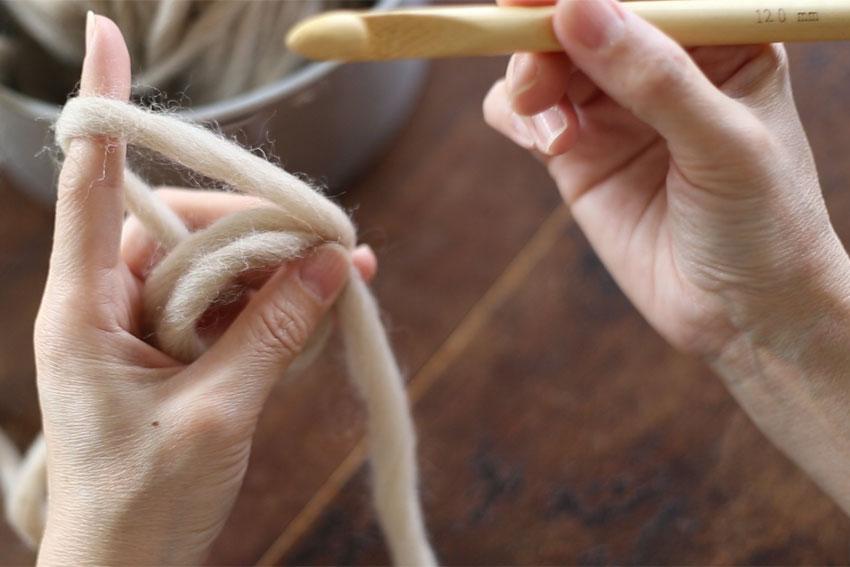 わ編みの糸の持ち方[3] 左手の中指と親指で糸を持ちます。