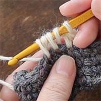 中長編み2目一度[5] 糸をかけて引き出します。未完成の中長編みが2つできました。