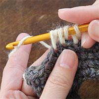中長編み2目一度[6] 糸をかけ、未完成の中長編み2つを一度に完成させます。