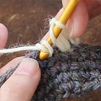 中長編み3目の玉編み[3] また糸をかけ、先ほどと同じ目に針を入れます。