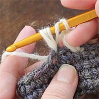 中長編み3目の玉編み[4] 糸をかけて引き出します。