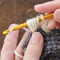 中長編み3目の玉編み[7] 糸をかけ、未完成の3つの中長編みを一度に完成させます。