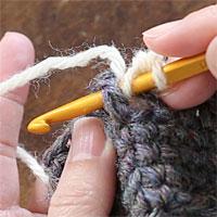 中長編み表引き上げ編み[2] 前段の目を横からすくうように針を入れます。