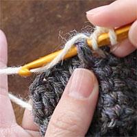 中長編み表引き上げ編み[3] 針に糸をかけて引き出します。