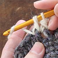 中長編み表引き上げ編み[5] 糸をかけて、全てのループをくぐらせます。