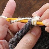 長編み[4] 糸をかけて引き出します。