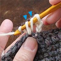 長編み[6] 糸をかけ、針先に近い2つのループ(青で示したところ)をくぐらせます。