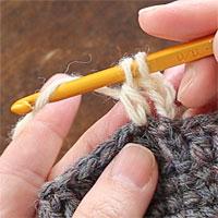長編み[8] 針に糸をかけ、全てのループをくぐらせます。