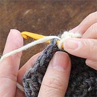 長編み2目編み入れる[1] 前段の目に針を入れ、長編みを編みます。