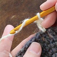 長編み2目一度[1] 針に糸をかけ、前段の目に針を入れます。