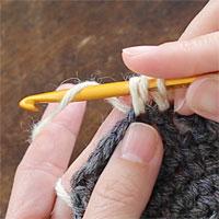 長編み2目一度[4] もう一度糸をかけ、針先に近い2つのループをくぐらせます。
