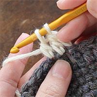 長編み2目一度[5] 2つのループをくぐらせて糸を引き出し、未完成の長編みが1つ編めました。