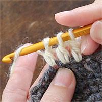 長編み2目一度[6] 前段の左となりの目に針を入れ、未完成の長編みをもう1つ編みます。針に糸をかけ、未完成の長編みを1度に完成させます。