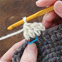 長編み2目一度[7] 長編み2目一度が編めました。青い印が今編めた目です。