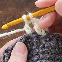 長編み3目の玉編み[2] 長編みが完成する一つ手前まで編みます。未完成の長編みが1つ編めた状態です。