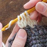 長編み3目の玉編み[5] 糸をかけ、未完成の長編み3つを一度に完成させます。