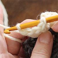 長編み5目のパプコーン編み[4] 先ほどはずしたループにも針を入れ、緩めてあったループを軽く引き締めます。