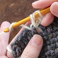 長編み表引き上げ編み[4] 糸をかけて、針先に近い2つのループをくぐらせます。