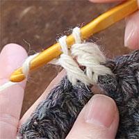 長編み表引き上げ編み[5] 糸をかけ、全てのループをくぐらせます。