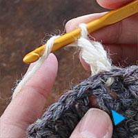 長編み裏引き上げ編み[1] 針に糸をかけ、青印の目を、編み地の裏側から拾います。