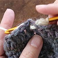 長編み裏引き上げ編み[4] 糸をかけ、編み地の裏側に引き出します。