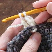 長編み裏引き上げ編み[6] 2つのループをくぐらせて糸を引き出しました。もう一度糸をかけて、全てのループをくぐらせます。
