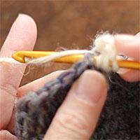 長編表引き上げ編み[3] 前段の目に針を入れ、糸をかけて引き出します。