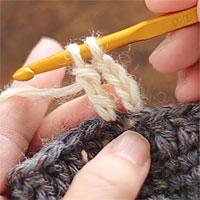 長編表引き上げ編み[6] もう一度糸をかけて、全てのループをくぐらせます。