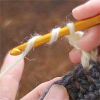 長々編み2目編み入れる[1] 針に糸を2回巻き、