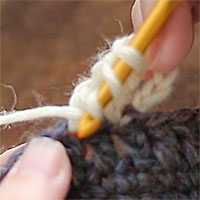 長々編み2目編み入れる[5] 先ほどと同じ目に針を入れます。