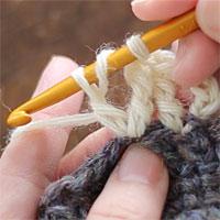 長々編み2目編み入れる[6] 長々編みをもう1目編みます。